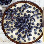 Cheesecake met notenbodem en blauwe bessen
