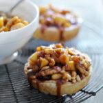 appeltaartjes met noten en nougatsaus